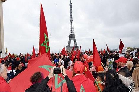 إهانة العلم الوطني: مغاربة أوروبا يتظاهرون بباريس تنديدا بالمس برمز من رموز الوطن