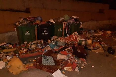 سطات..النفايات تغرق حي ميمونة والإحياء المجاورة بسبب صغر حاويات القمامة